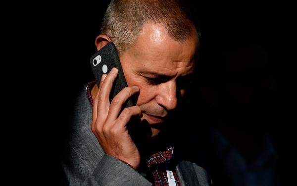 Mann telefoniert, Sicherheitslücke Whatsapp